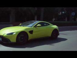 Daniel Ricciardo et Martin Brundle prennent le volant de la nouvelle Aston Martin Vantage