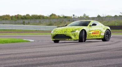 La nouvelle Aston Martin Vantage dans les mains de MaxVerstappen