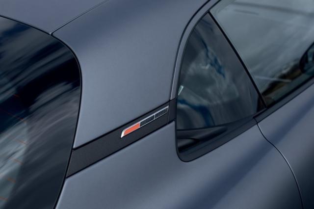 Drapeau à damiers et orange pour distinguer la version S