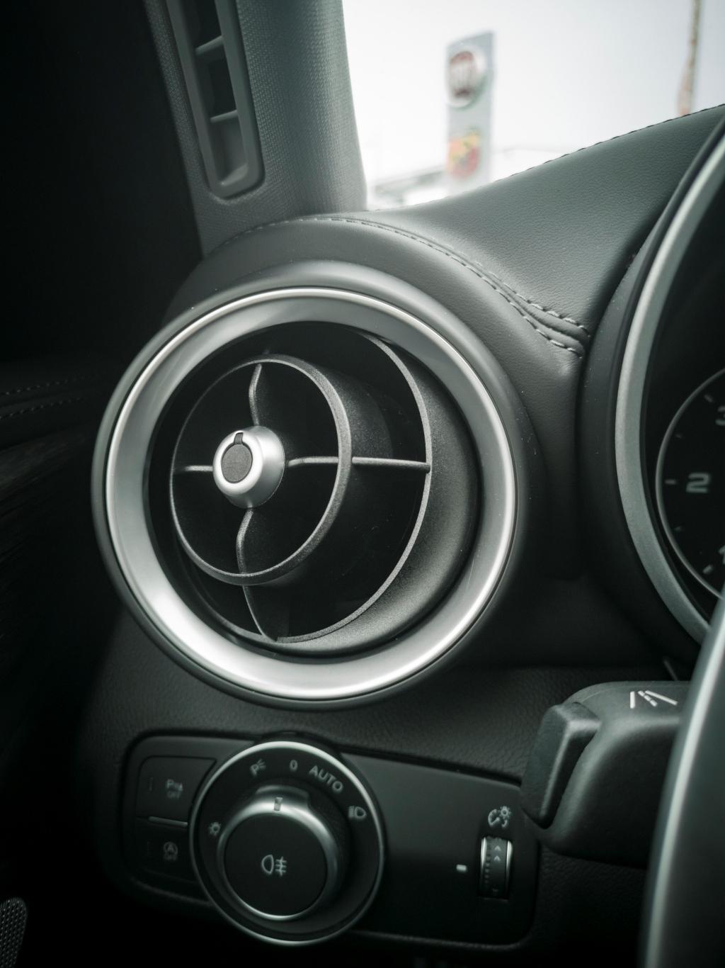 Aérateur inspiré du monde de l'aviation- Alfa Romeo Giulia, dame de coeur