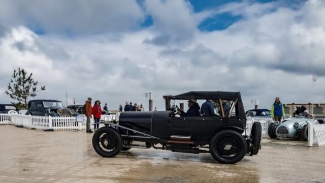 Bentley sur le parc du concours élégance avec une HW Alta Jaguar