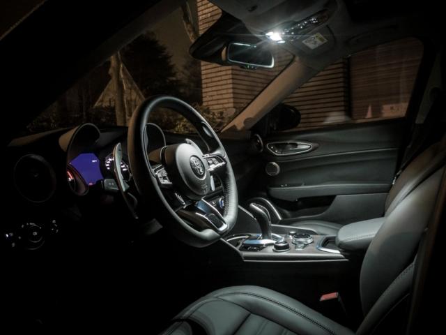Finition à la hauteur avec du cuir et un intérieur soigné- Alfa Romeo Giulia, dame de coeur