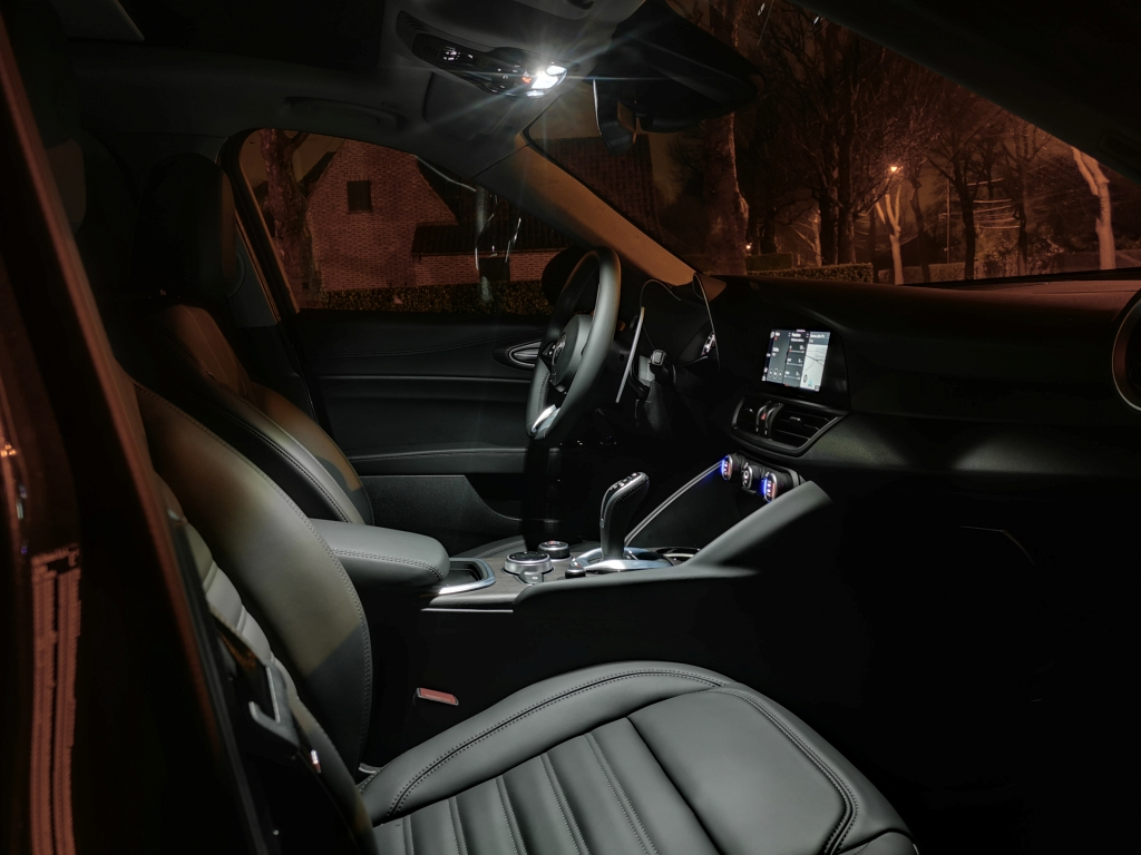 Sièges cuir enveloppants, ambiance sportive - Alfa Romeo Giulia, dame de coeur