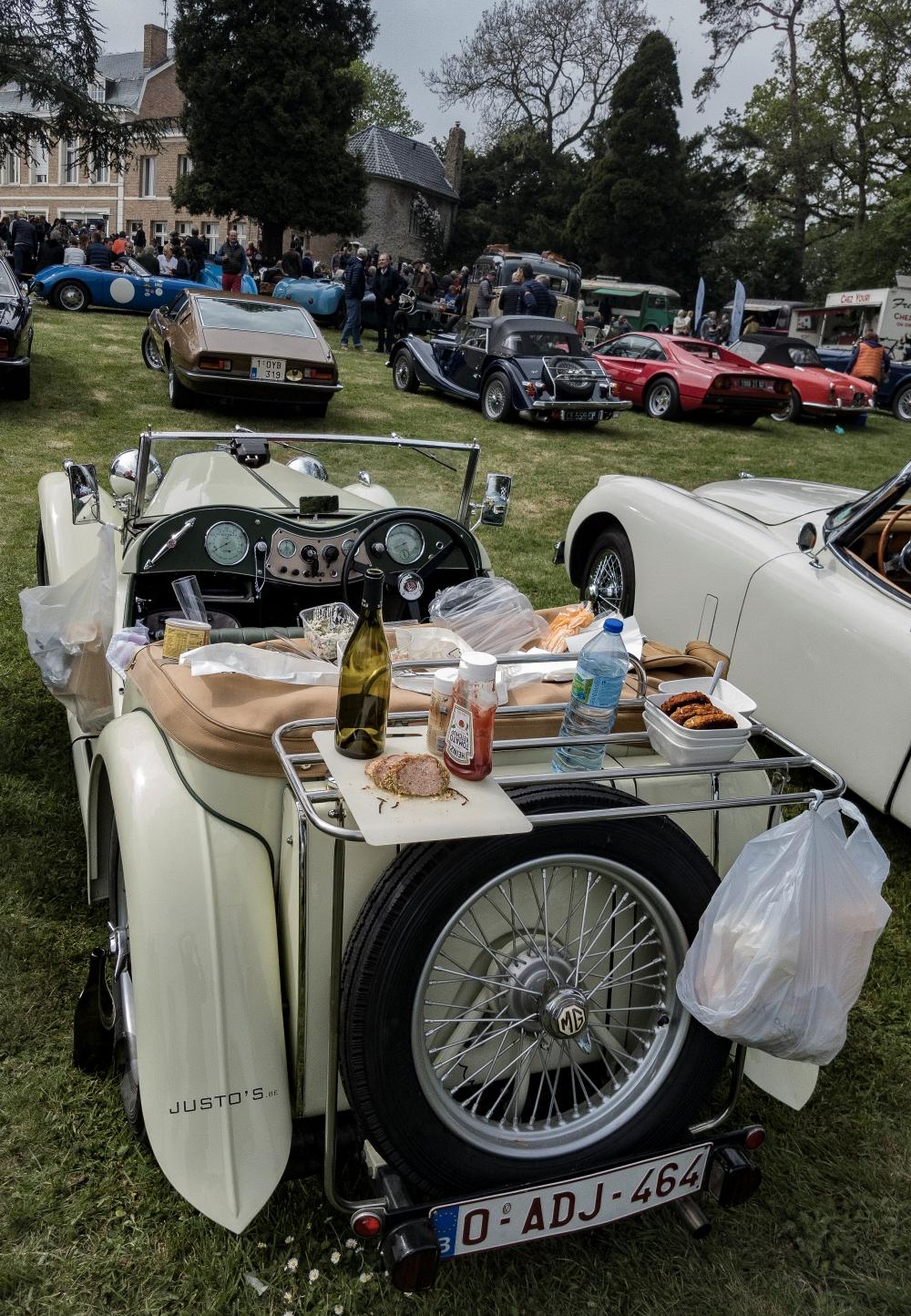 MG, table de pique-nique - Belles autos, bons amis et bonne musique le 1er mai à Cassel