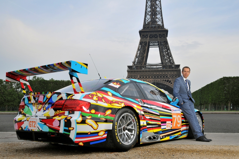 Jeff Koons la 17ième BMW Art Car devant la Tour Eiffel à Paris, 2010 (05/2010)