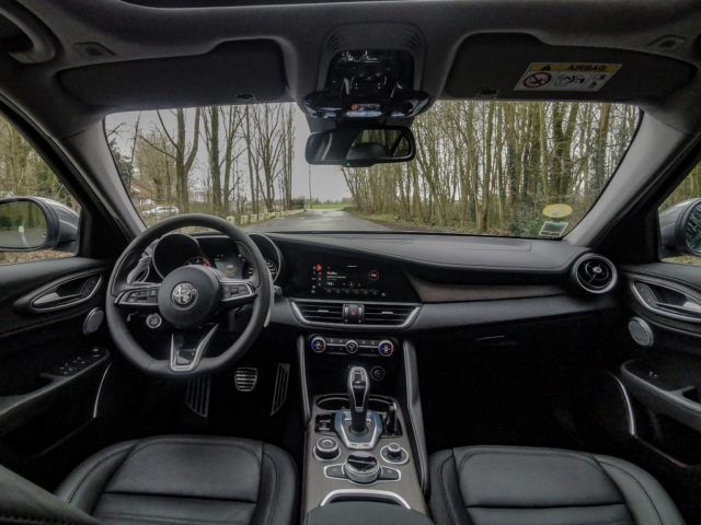 Un écran bien intégré dans la planche de bord- Alfa Romeo Giulia, dame de coeur