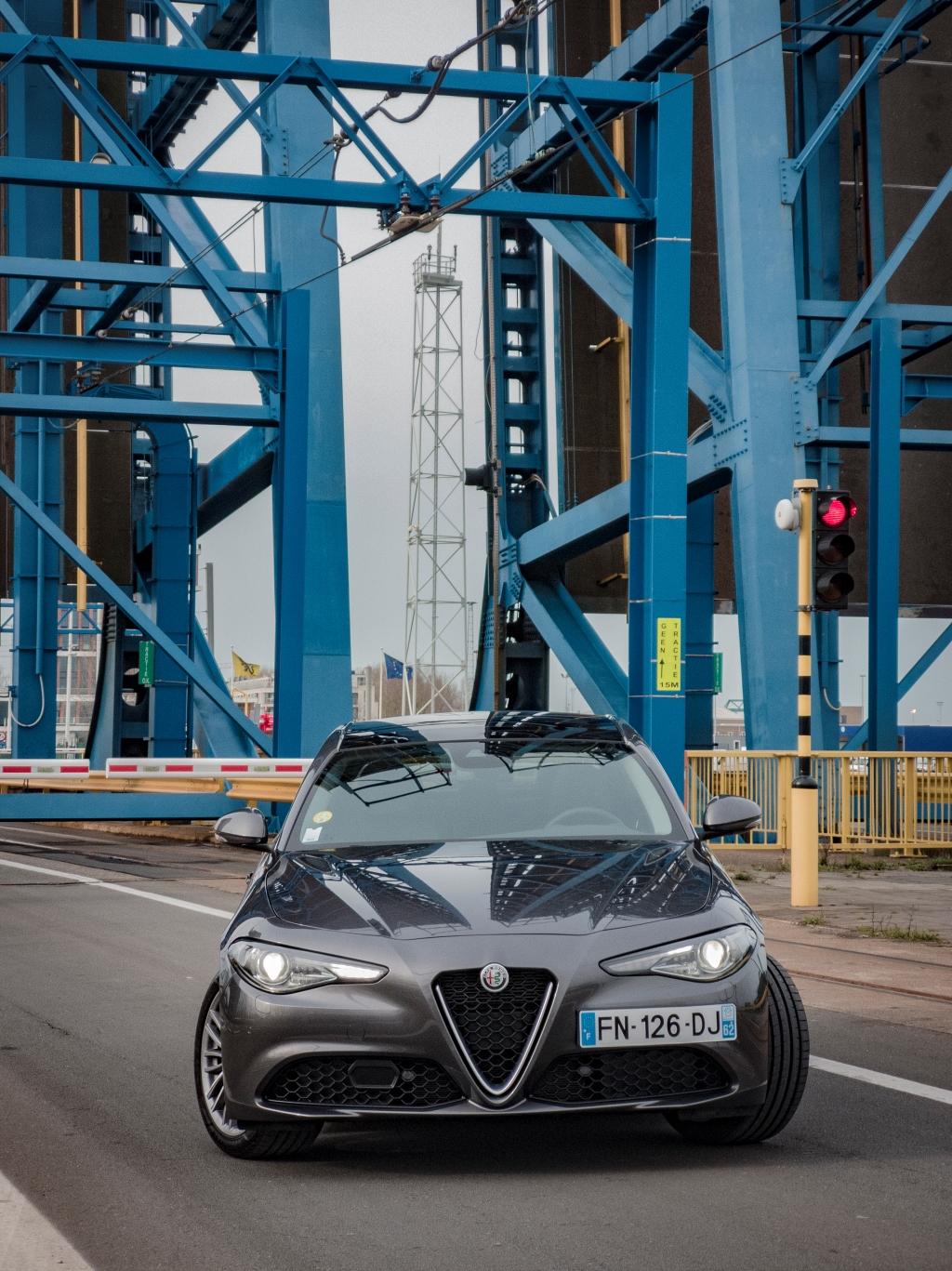 Un peu de rouge pour une Alfa- Alfa Romeo Giulia, dame de coeur