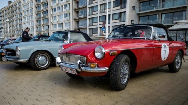 Une petite MG B et une Mercedes SL