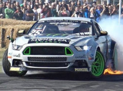 Ça fume à Goodwood avec Vaughn Gittin Jr. et sa Ford Mustang RTR de 900 chevaux !