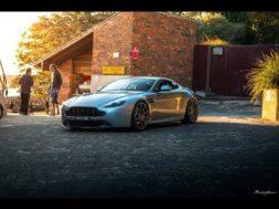 Coucher de soleil sur une Aston Martin Vantage V8