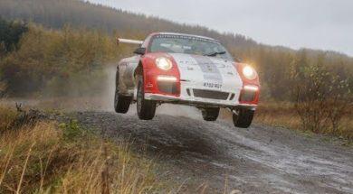 Une Porsche 911 GT3 – RGT à fond sur les chemins de terre