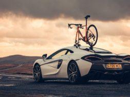 Un test de pneus bien particulier, un vélo face à une McLaren 570GT