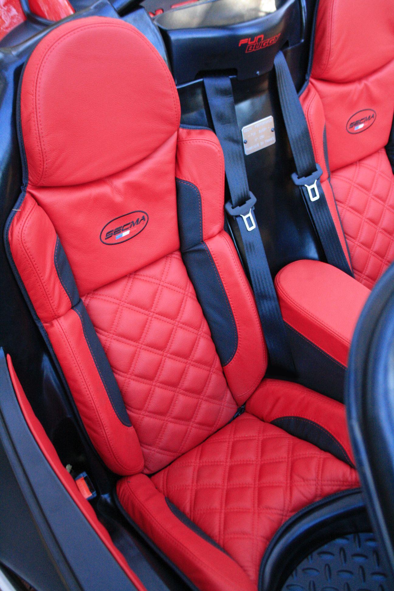 SECMA Fun Buggy #50, sellerie cuir gaufrée bicolore rouge et noir, sa part de luxe.