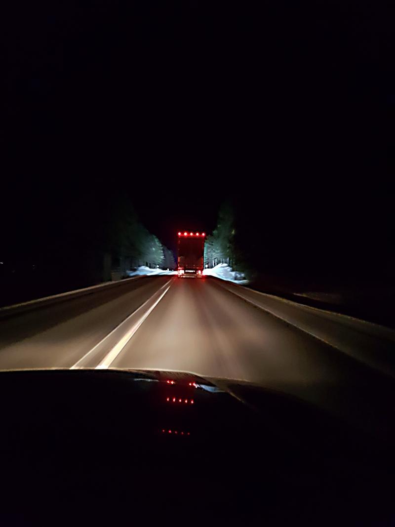 Comme un phare dans la nuit, le camion !