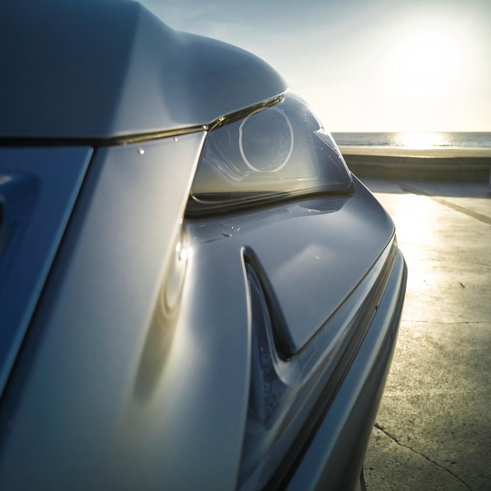 Détail du phare avant au soleil du bord de mer - Lexus NH300H, Premium hybridus